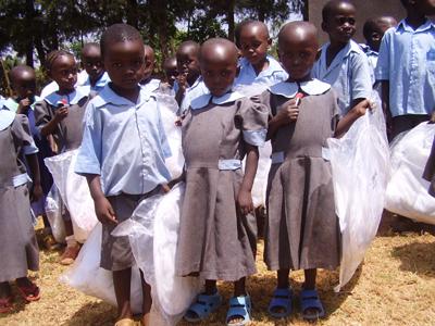 Stolz zeigen die Kinder ihre Moskitonetze