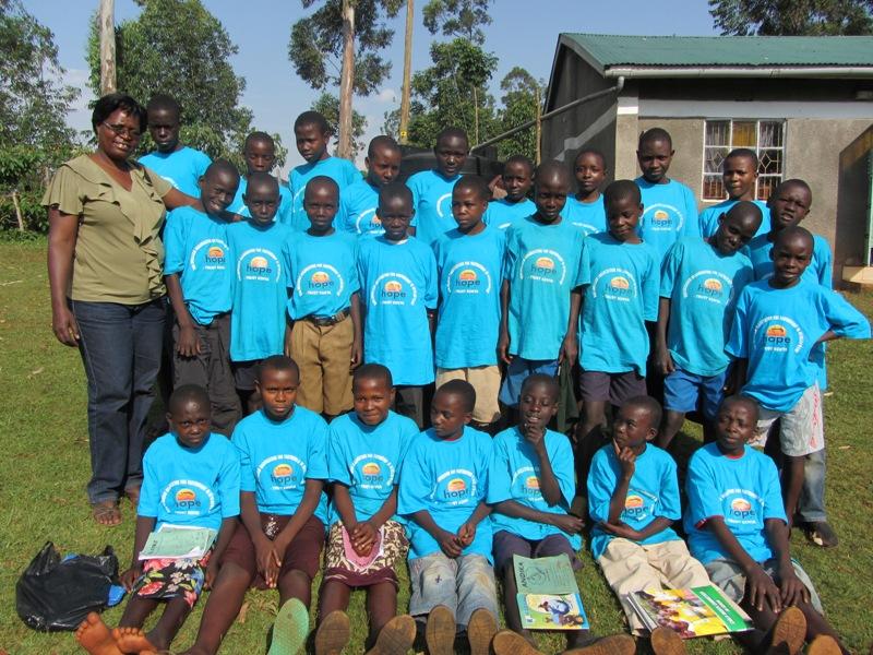 Das Children Parliament zusammen mit unserer  Mitarbeiterin Recky Awino Kyalo