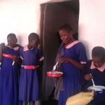 Schulkinder beim Mittagessen