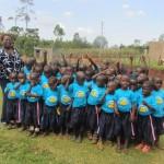 Die Kinder bedanken sich zusammen mit Recky bei den Kindern der Schönbornschule.
