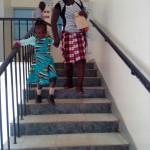 Vliven verläßt am Arm ihrer Mutter das Krankenhaus